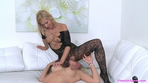 Vanessa & Tracy Lindsay – Busty Babe Licks Agent for Money