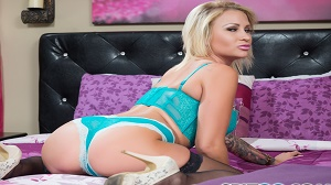 Daisy Monroe – Pink Bed